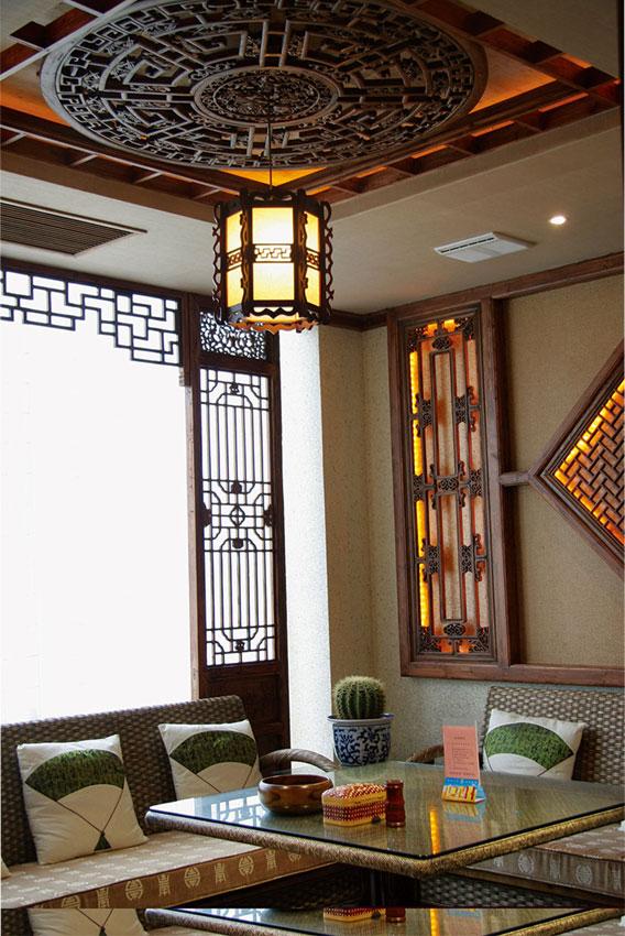 其上安装金漆雕花栏板,天花板装饰格子花窗板.